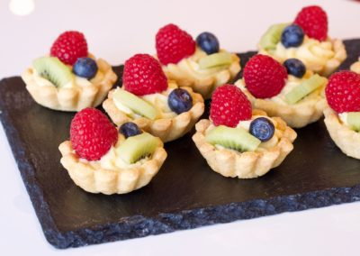 Mini tartlets with custard and fruit